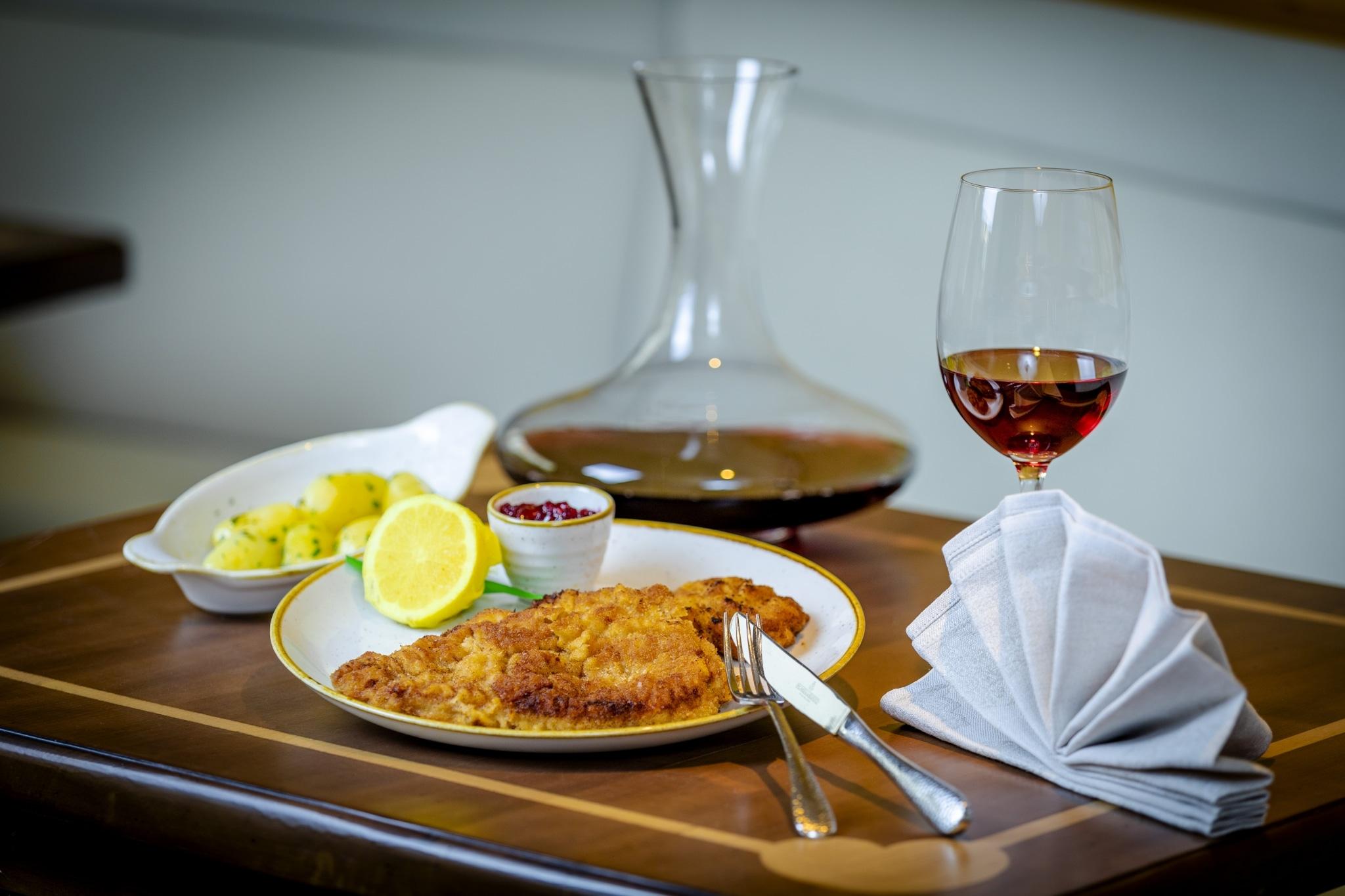 Wiener Schnitzel vom heimischen Kalb mit Petersilerdäpfel und Preiselbeeren