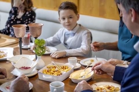 """Eine Familie genießt im Restaurant """"Das Landegger"""" in Landeck einen klassischen Kaiserschmarrn"""